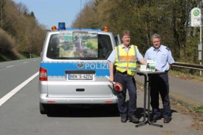 Foto: Infostand an der L 512 bei Hohen Hagen an der Biggetalsperre mit den Verkehrssicherheitsberatern PHK Ralf Schnell (links) und PHK Marti
